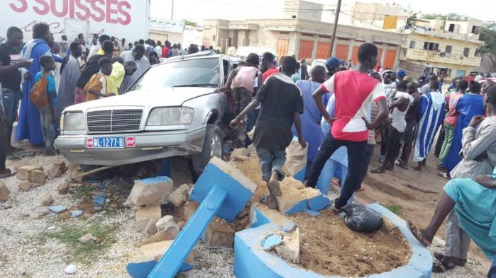 MBACKÉ - Deux véhicules défoncent la place publique et envoient une dame à l'hôpital