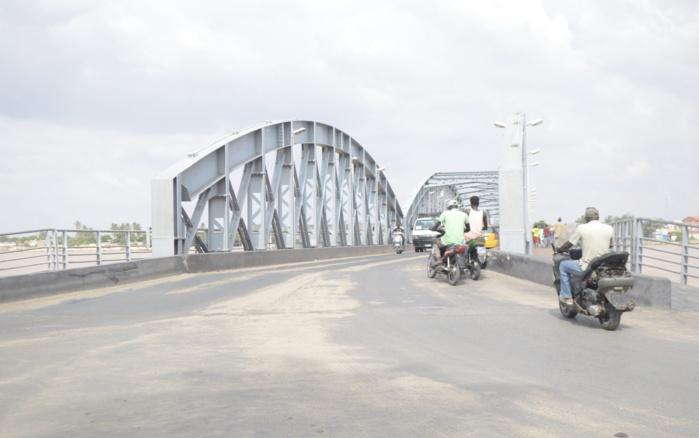 Pont Faidherbe de Saint-Louis : La partie roulante et l'éclairage sont dans un état de délabrement très avancé.