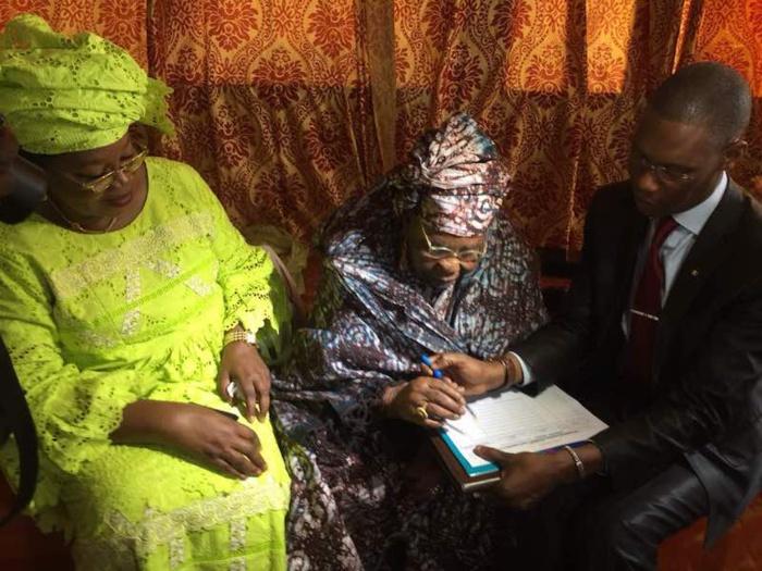 """MAMAN MARRAINE SA FILLE - Aïda Mbodj """"décroche"""" la signature de sa mère Adja Aminata Sarr"""