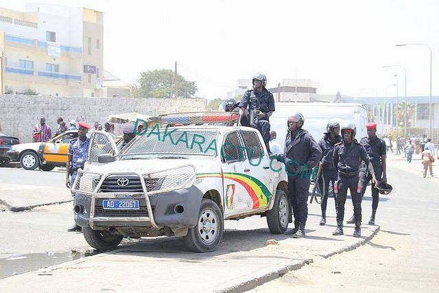 C'est l'état de guerre à Dakar : des policiers armés jusqu'aux dents de la Poste de Médine au Palais