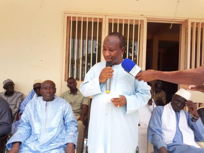 Aly Ngouille Ndiaye remet des fournitures et du matériel didactique aux élèves de Linguère