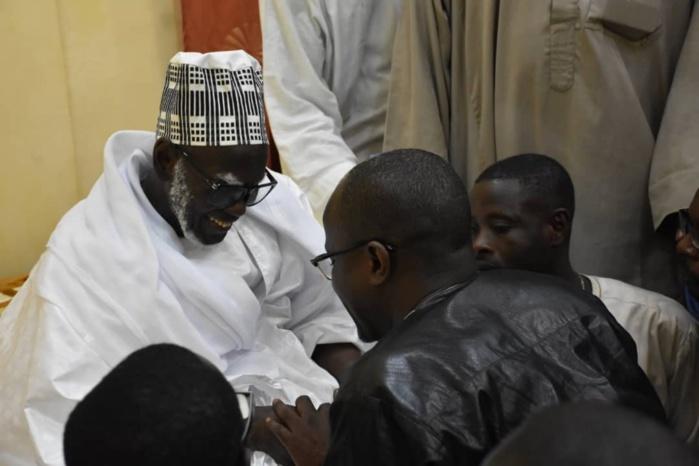 """Yakham Mbaye à la tête d'une forte délégation reçu par le Khalife général des Mourides et son Porte-parole : """"Priez pour préserver Le Soleil des tourmentes, et pour le triomphe de Macky Sall"""""""