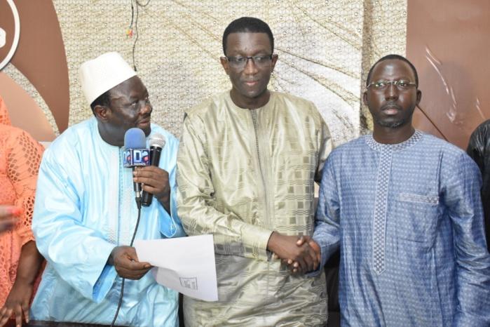 Parrainage : Le ministre des finances a reçu la délégation de Grand-Yoff conduite par Mora Cissé qui lui a remis un deuxième lot d'environ 1200 signatures.