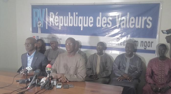 """Thierno Alassane Sall au président Macky Sall : """" On n'a pas besoin d'être avocat, ni d'avoir beaucoup de connaissances pour savoir ce qui se passe dans le pays. Ce qu'il dit est en parfaite contradiction avec les dispositions de la loi 98- 05"""""""