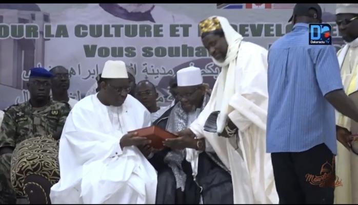 Médina Baye : le khalife général offre un exemplaire du Saint Coran et une natte de prière au Président Macky