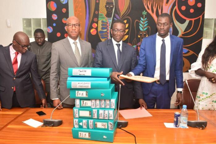 (photos) PARRAINAGE - Thierno Ndom Bâ remet à Amadou Bâ 40.325 signatures