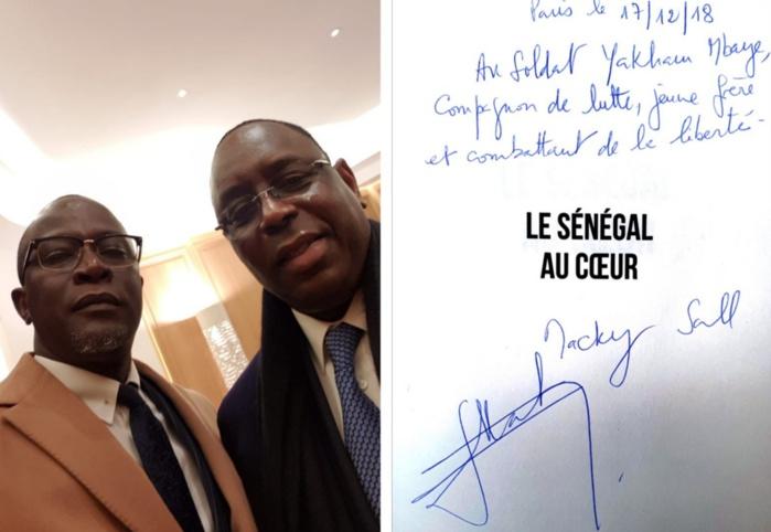 Une dédicace pas comme les autres! Quand Macky Sall élève Yakham Mbaye au rang de «soldat, compagnon et combattant»