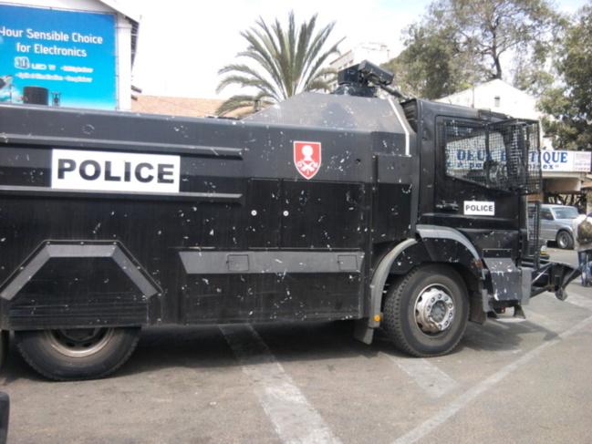 Marche de l'opposition : les policiers à court de munitions sont obligés de recourir au fameux Dragon Noir.