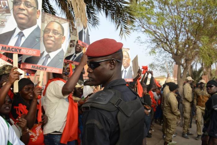 Arrivée de Wade : Des militants scandent le nom de Macky au passage du Pape du Sopi avec des brassards rouges