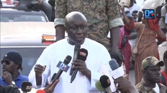 Dakar : Idy devant les marchands de Petersen avec une pensée à Khalifa Sall