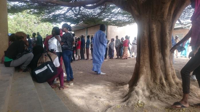 École El Hadj Seck Faye (Kaolack) : C'est la grande affluence au niveau du lieu de vote de Aminata Touré