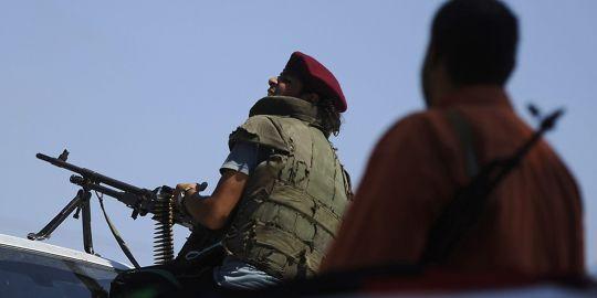 """Libye : les insurgés tentent d'""""assiéger"""" Mouammar Kadhafi à Tripoli"""
