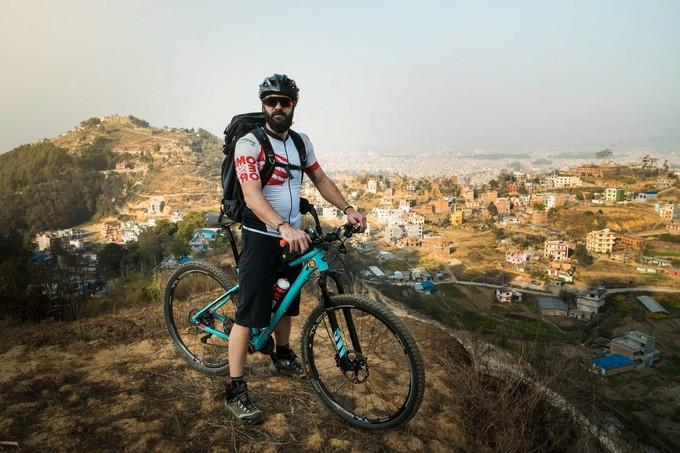 Engagement et Aventure : Un jeune français rallie Paris à Dakar à vélo pour sensibiliser le monde à la désertification.