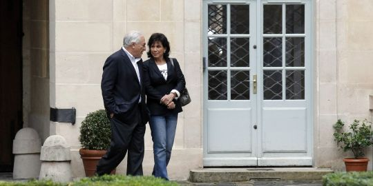 DSK sourit, salue et puis s'en va : le film de son retour à Paris