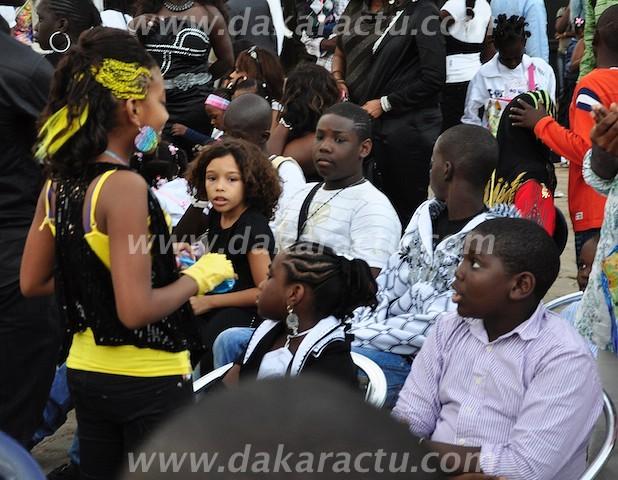 La fille de Viviane en compagnie des enfants de Youssou Ndour.
