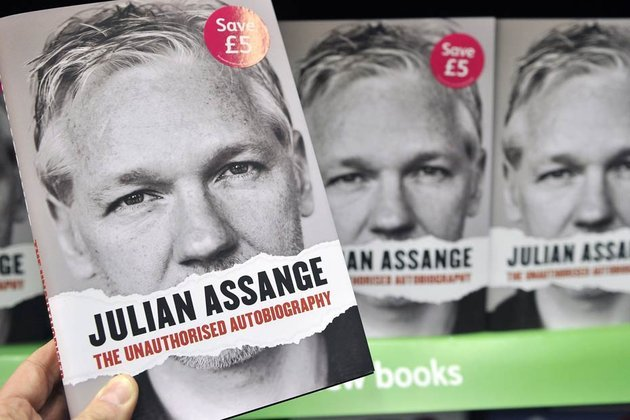 Julian Assange se dévoile malgré lui dans un livre