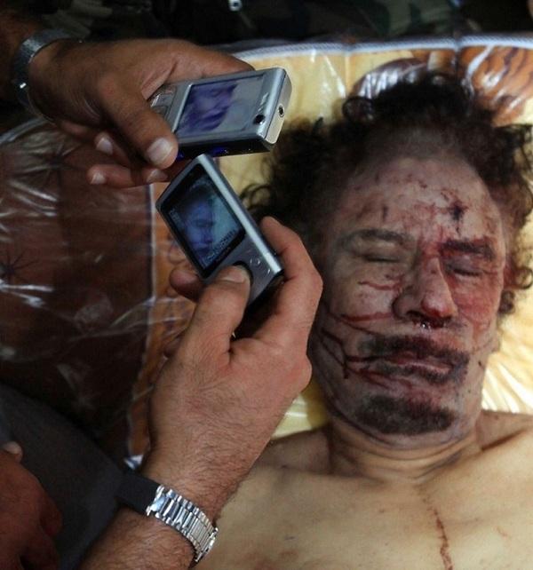 Une photo diffusée par l'AFP du corps de Kadhafi à Misrata ( PHOTOS )