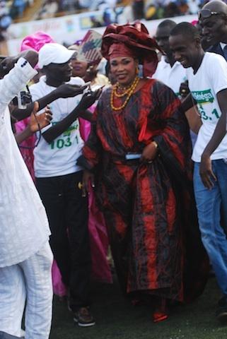 Voici la femme qui comble de bonheur Bécaye Mbaye de 2stv