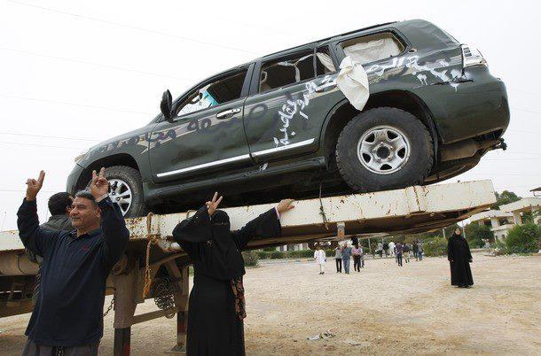 La voiture blindée de Kadhafi après les bombardements de l'OTAN (PHOTOS)