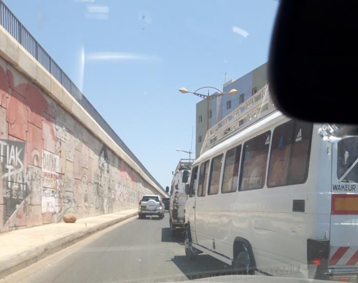 Transport : Le dilemme des automilistes face aux ''Cars rapides'' et ''Ndiaga Ndiaye'' en stationnement irrégulier sur la voie.