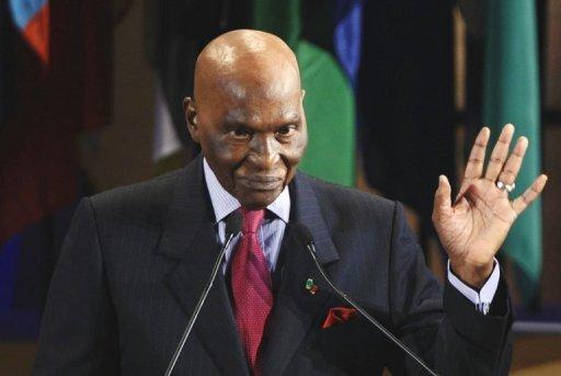 """Sénégal: le président Wade poussé à renoncer de manière """"constitutionnelle"""" à un 3e mandat"""