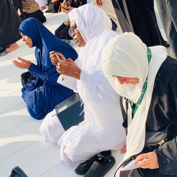 Seule et sans escorte : Marieme Faye Sall en train de lire le Coran aux abords de la Kaaba (Mecque)