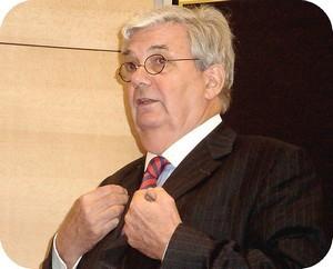 Michel de Guillenshmidt qui dirigeait le séminaire sur la candidature de Wade a un passé entâché de fraude.