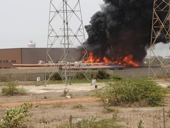 Urgent : Diamniadio, une usine vient de prendre feu.
