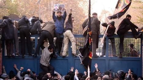 Des manifestants pénètrent dans l'ambassade britannique à Téhéran