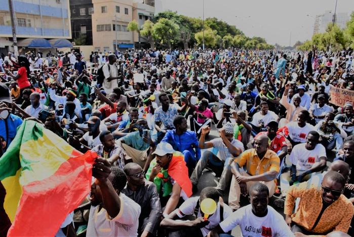 Les images de la mobilisation de Aar Li nu book á la place de l'obelisque