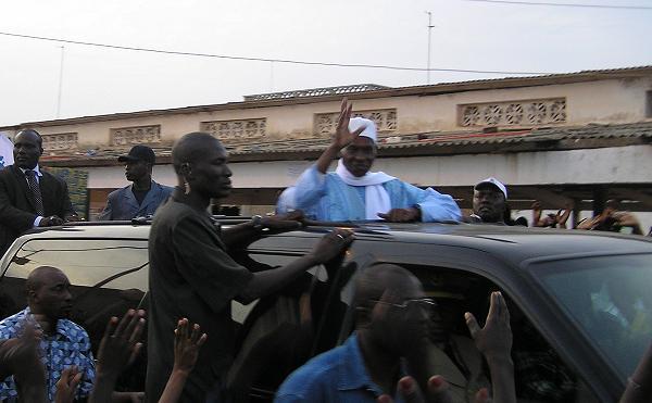 Incident lors de la visite de Me Wade à Khombole: la voiture présidentielle refuse de démarrer.