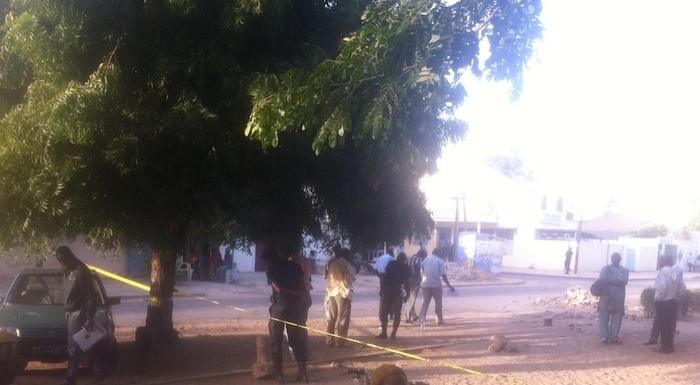 La police scientifique opère sur les lieux du crime, face à la maire de Mermoz