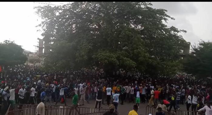 Visite de Sadio Mané à l'UCAD : Les étudiants forcent les barrières et assiègent la loge officielle à coups de pierres