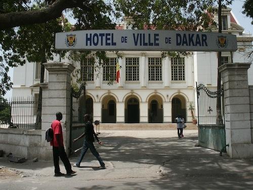 Dernière minute: Les jeunes de Rewmi violemment chargés par la police dans l'enceinte de la mairie de Dakar ( AUDIO )