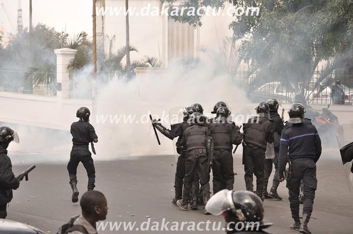 Les images de l'affrontement entre les jeunes de Rewmi et la police devant la mairie de Dakar