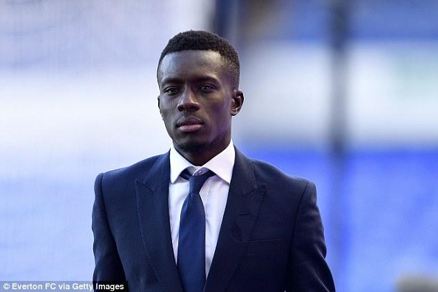 Transferts : Idrissa Gueye, futur joueur du PSG, arrive lundi à Paris.