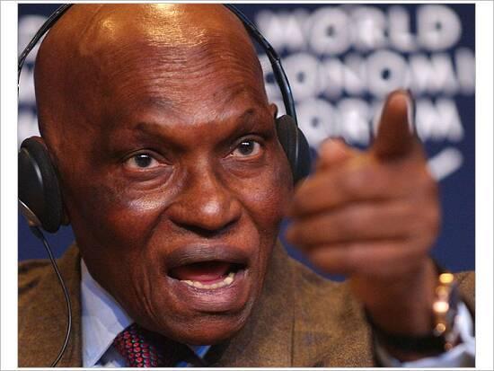 """Abdoulaye Wade à ses proches: """"Vous croyez que si j'étais mal au point, je me mettrais en costume cravate?"""""""
