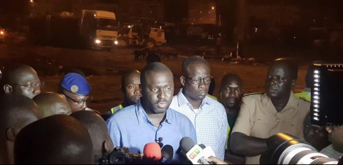 Opération de désencombrement : Abdou Karim Fofana nettoie le parking du stade Senghor.