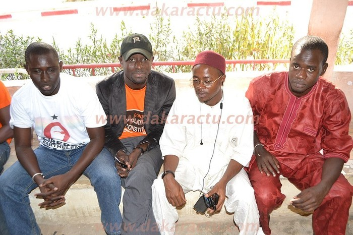 Malick Noël Seck salue Thierno Bocoum et Abdou Mbow dès sa sortie de prison.