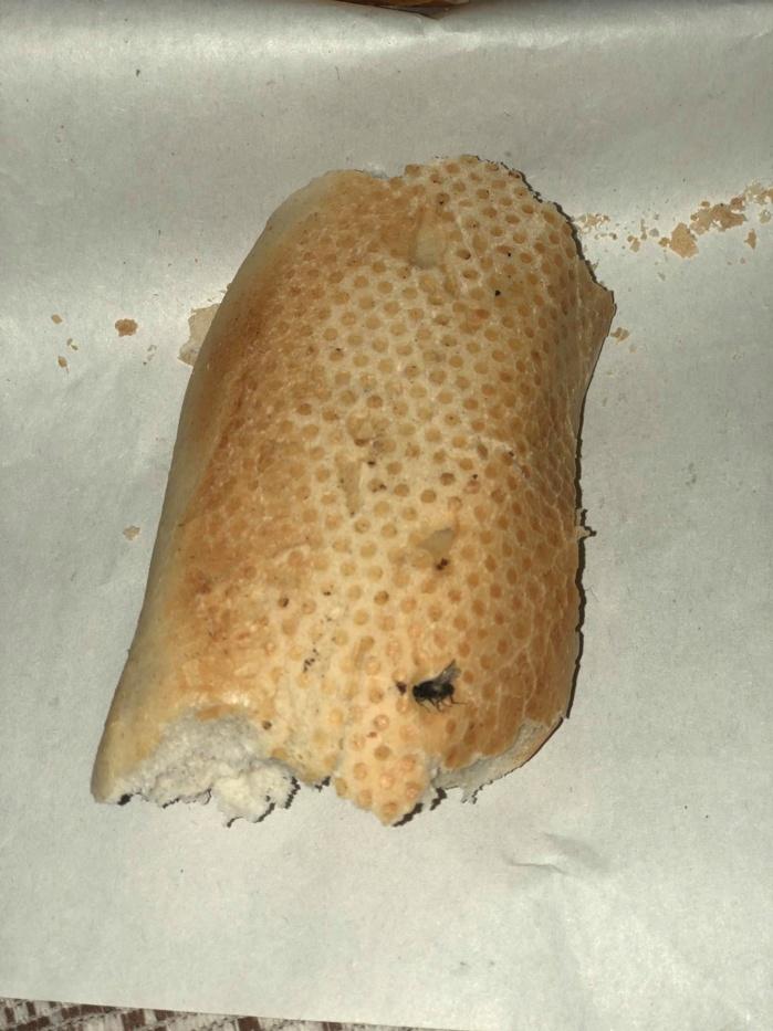 Brioche dorée : Quand un client trouve une mouche dans une baguette de pain...