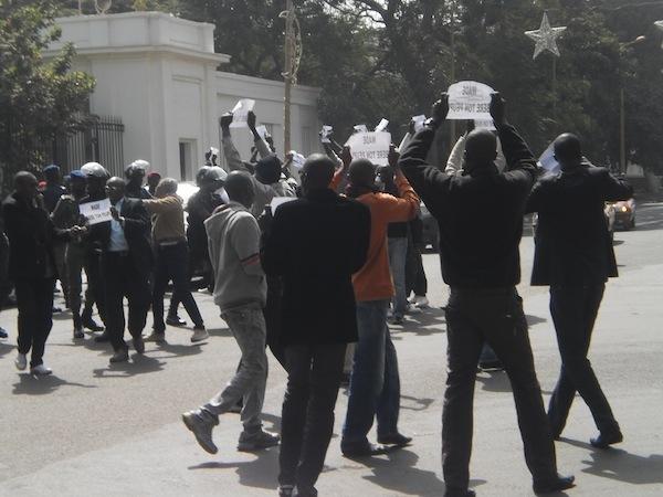 Images des jeunes de REWMI devant le palais (PHOTOS)