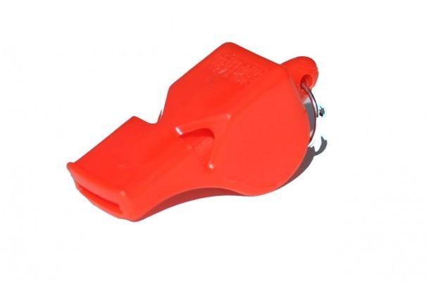 Dernière minute: chaque manifestant à la Place de l'Obélisque est muni d'un sifflet rouge, nouveau symbole du combat du M23