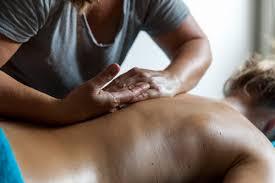 """Immersion dans les salons de massage à Dakar : Une activité en pleine métamorphose, les """"masseuses plus"""" aux commandes."""