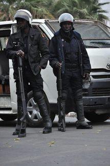 Dernière minute : les étudiants foncent sur les policiers et pénétrent à l'hôpital le Dantec.