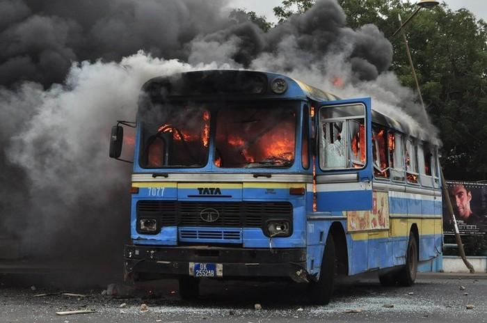 Voici le bus incendié ce matin aux abords de l'université.