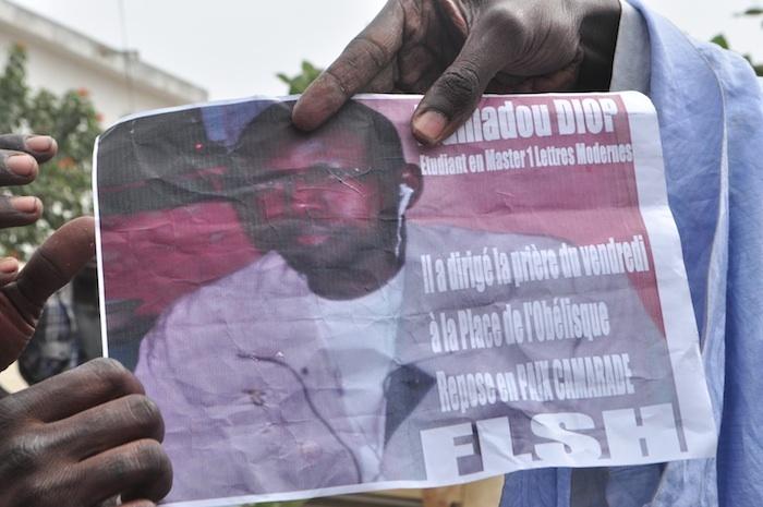 Mamadou Diop a dirigé la prière du vendredi à la Place de l'Obélisque, dit cette affiche des manifestants.