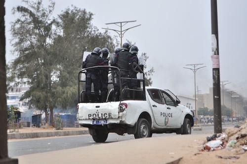 Dernière minute: les étudiants prennent un policier en otage.