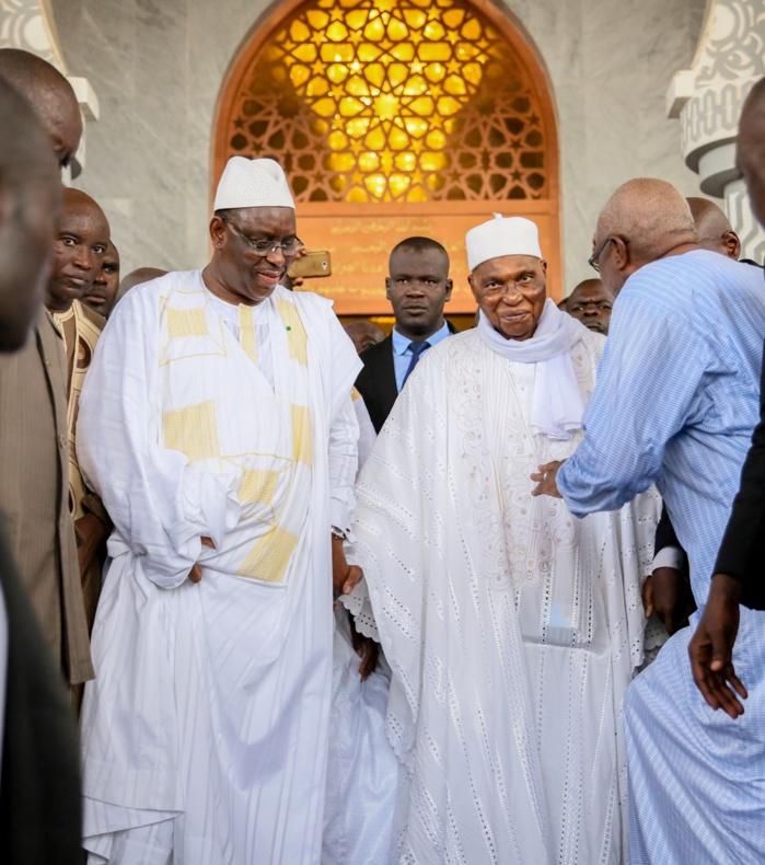 Mazalikoul Djinane : Main dans la main Abdoulaye Wade quitte la mosquée à bord du véhicule de Macky Sall.