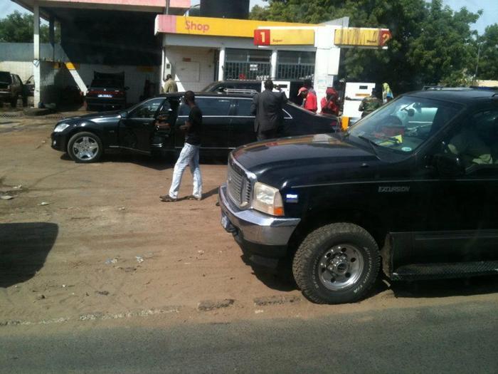 Arrêt sur images: Wade achète de l'essence à une station-service