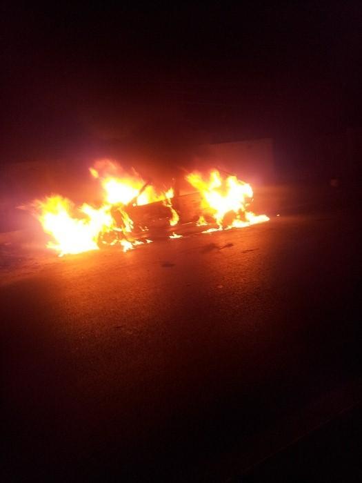 Une voiture brûle près de l'aéroport